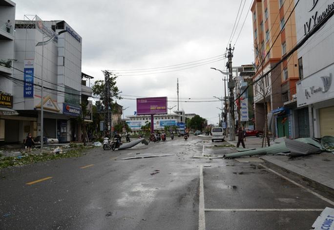 VIDEO: Quảng Ngãi tan hoang khi bão số 9 đi qua - Ảnh 13.