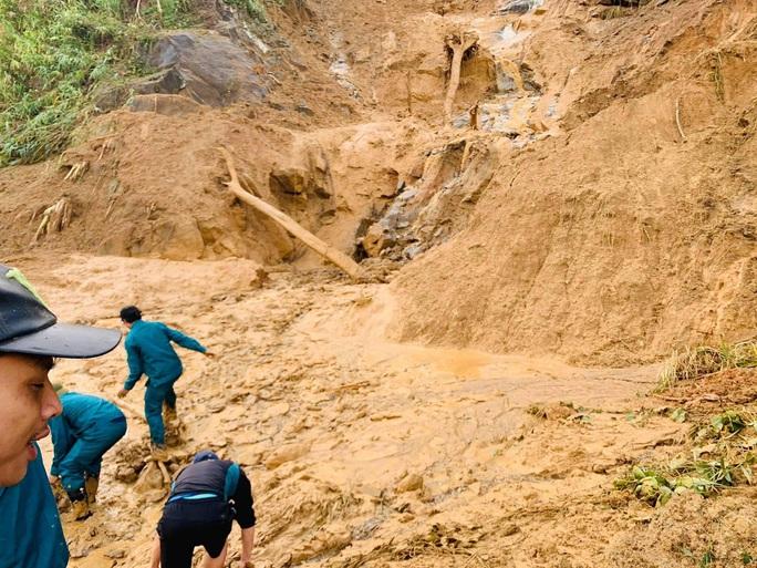 Nóng: Thêm vụ sạt lở núi kinh hoàng vùi lấp ngôi làng ở Quảng Nam, 3 người chết, 8 người mất tích - Ảnh 1.