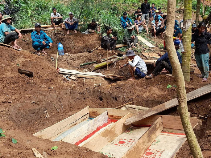 Hiện trường tang thương ở xã Trà Vân, nơi sạt lở làm 8 người tử vong - Ảnh 5.