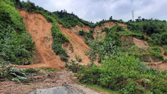 11 người bị vùi lấp ở Phước Sơn: Tìm thấy 5 thi thể, lực lượng cứu hộ quay về trong đêm - Ảnh 2.