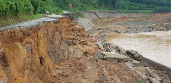 11 người bị vùi lấp ở Phước Sơn: Tìm thấy 5 thi thể, lực lượng cứu hộ quay về trong đêm - Ảnh 1.