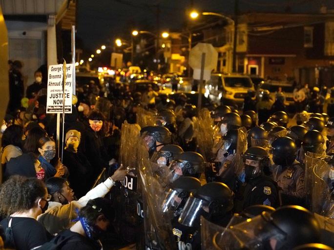 Mỹ giới nghiêm Philadelphia, phát hiện xe tải chở đầy thuốc nổ - Ảnh 3.