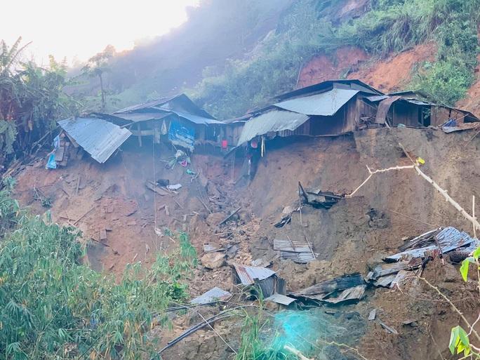 Nóng: Thêm vụ sạt lở núi kinh hoàng vùi lấp ngôi làng ở Quảng Nam, 3 người chết, 8 người mất tích - Ảnh 4.