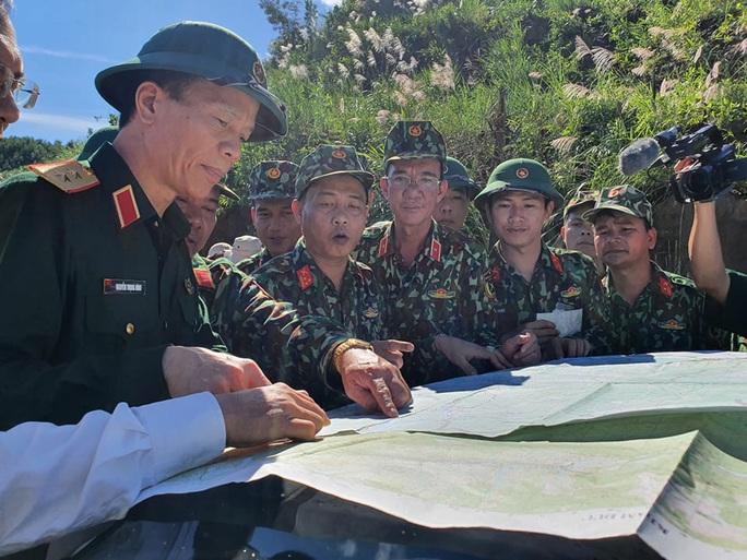 CLIP: Đoàn công tác Phó Thủ tướng trên đường vào hiện trường vụ sạt lở vùi lấp hơn 40 người ở Quảng Nam - Ảnh 2.