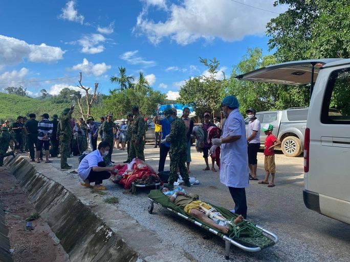 Các nạn nhân còn sống sót đã được đưa ra ngoài và lên xe cấp cứu về Bệnh viện huyện Bắc Trà My.
