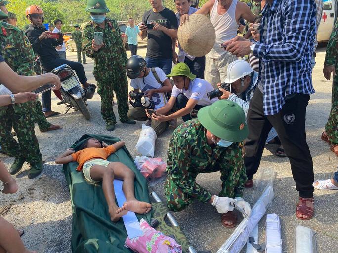 4 nạn nhân đầu tiên được đưa xuống Trung tâm Y tế huyện Bắc Trà My. Tất cả đều trong tình trạng đa chấn thương, các nạn nhân tỉnh táo.