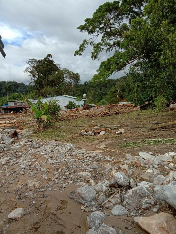 Vụ sạt lở ở Phước Sơn vùi lấp 11 người: Lực lượng cứu hộ phải ngủ lại trong rừng - Ảnh 8.