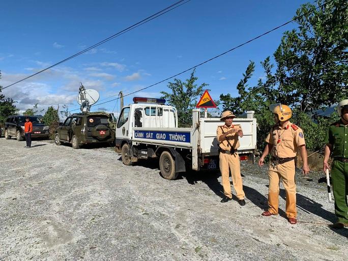 CLIP: Đoàn công tác Phó Thủ tướng trên đường vào hiện trường vụ sạt lở vùi lấp hơn 40 người ở Quảng Nam - Ảnh 13.