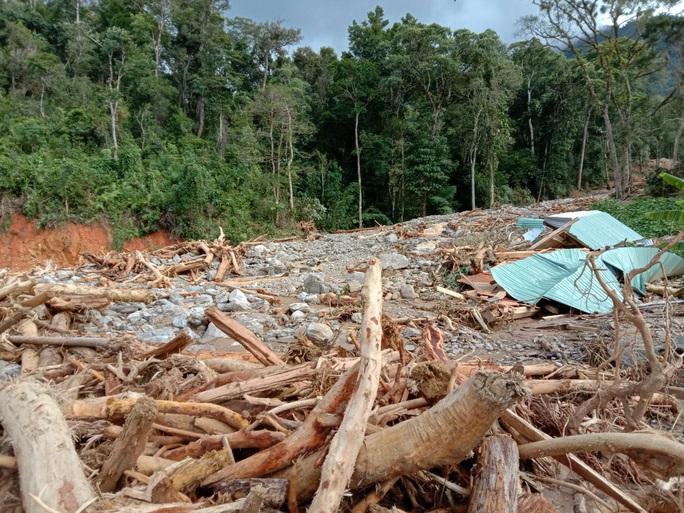 Vụ sạt lở ở Phước Sơn vùi lấp 11 người: Lực lượng cứu hộ phải ngủ lại trong rừng - Ảnh 11.