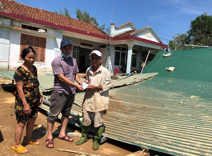 Báo Người Lao Động hỗ trợ khẩn cấp người dân vùng bão lũ Quảng Ngãi - Ảnh 1.