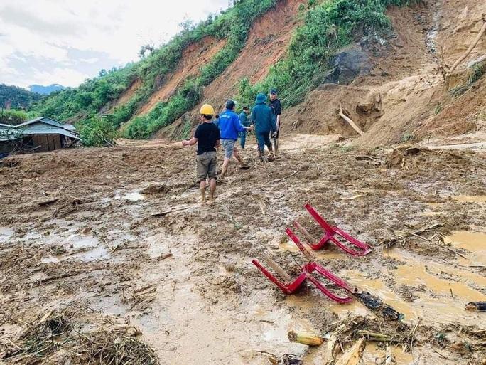 Nóng: Thêm vụ sạt lở núi kinh hoàng vùi lấp ngôi làng ở Quảng Nam, 3 người chết, 8 người mất tích - Ảnh 6.
