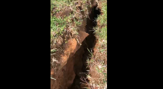 Clip: Xuất hiện vết nứt dài 200m trên núi Tà Bang, Quảng Trị, di dời dân khẩn cấp - Ảnh 2.