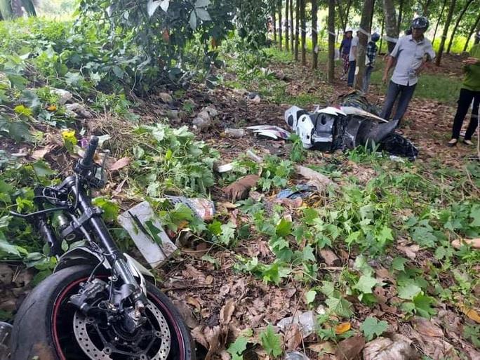 Xe phân khối lớn gãy đôi khi tông xe máy, 3 người thương vong - Ảnh 1.