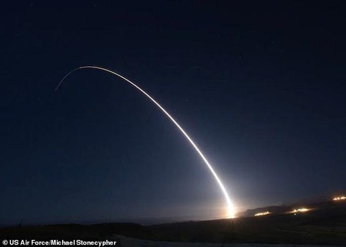 Mỹ phóng thành công ICBM trong bộ ba răn đe hạt nhân - Ảnh 1.