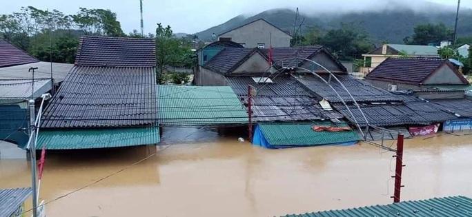 Mưa lớn, hàng ngàn nhà dân ở Nghệ An bị ngập sâu - Ảnh 1.