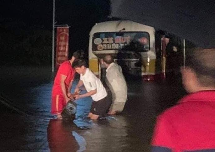 Xe buýt suýt bị cuốn trôi ra sông khi tài xế liều lĩnh vượt đoạn đường ngập sâu - Ảnh 1.