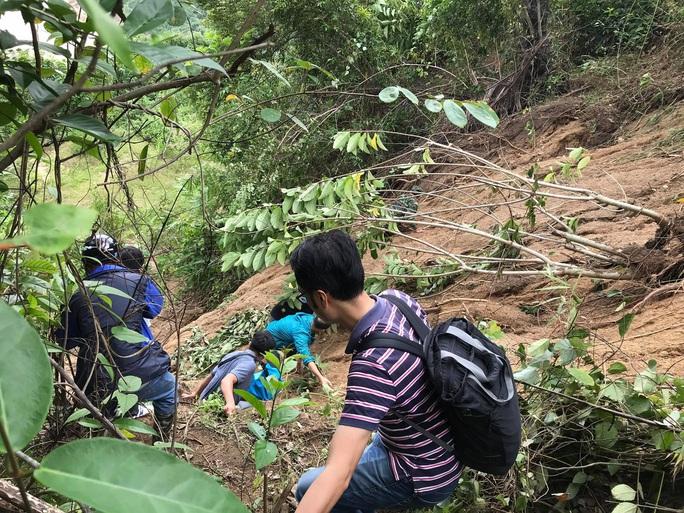 13 người bị vùi lấp ở Phước Sơn: Bí thư và Chủ tịch tỉnh Quảng Nam băng rừng đến hiện trường - Ảnh 2.