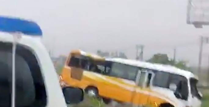 Xe khách tông dải phân cách trong mưa lớn, 2 người tử vong tại chỗ - Ảnh 1.