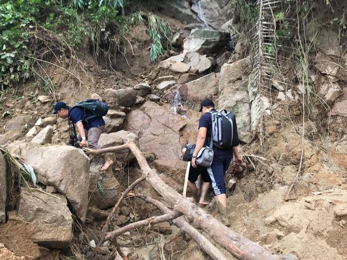 13 người bị vùi lấp ở Phước Sơn: Bí thư và Chủ tịch tỉnh Quảng Nam băng rừng đến hiện trường - Ảnh 3.
