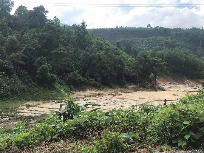 13 người bị vùi lấp ở Phước Sơn: Phóng viên Báo Người Lao Động ghi nhận hình ảnh sạt lở vào hiện trường - Ảnh 6.