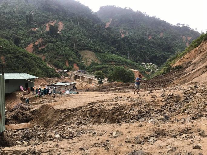 13 người bị vùi lấp ở Phước Sơn: Bí thư và Chủ tịch tỉnh Quảng Nam băng rừng đến hiện trường - Ảnh 6.