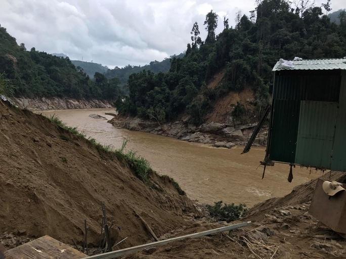 13 người bị vùi lấp ở Phước Sơn: Bí thư và Chủ tịch tỉnh Quảng Nam băng rừng đến hiện trường - Ảnh 4.