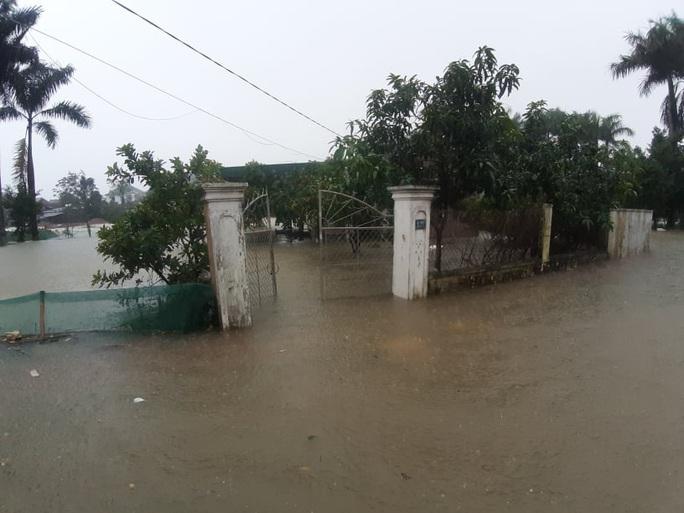 Mưa lớn, hàng ngàn nhà dân ở Nghệ An bị ngập sâu - Ảnh 17.