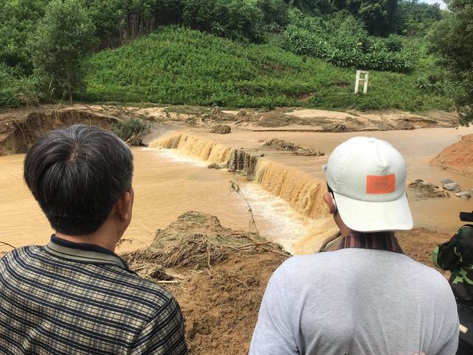 13 người bị vùi lấp ở Phước Sơn: Phóng viên Báo Người Lao Động ghi nhận hình ảnh sạt lở vào hiện trường - Ảnh 3.