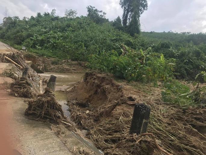 13 người bị vùi lấp ở Phước Sơn: Phóng viên Báo Người Lao Động ghi nhận hình ảnh sạt lở vào hiện trường - Ảnh 2.