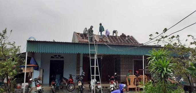 Chưa đầy 1 phút, trận lốc xoáy làm tốc mái 29 nhà dân - 1