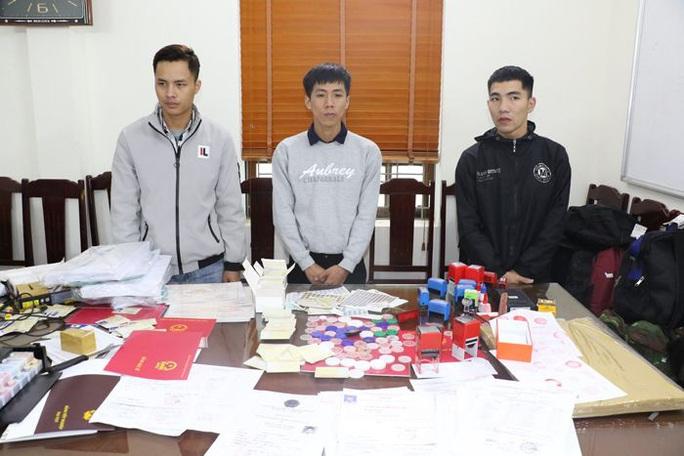 Bắt 3 cán bộ ở Thanh Hóa trong đường dây sản xuất văn bằng, chứng chỉ giả - Ảnh 2.