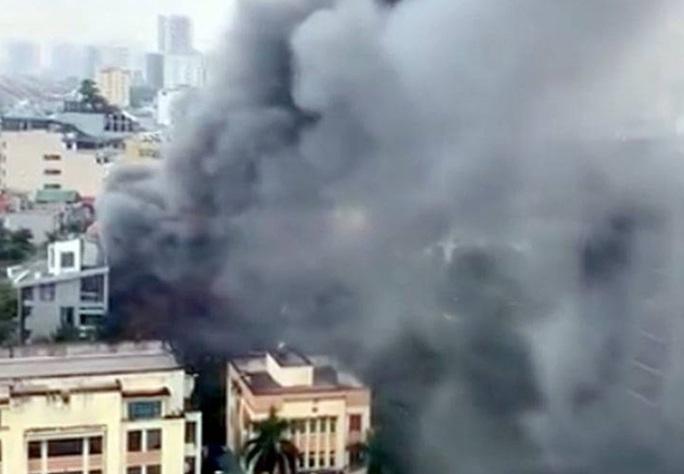 Cháy lớn tại quán lẩu, nhiều người hoảng sợ - Ảnh 1.