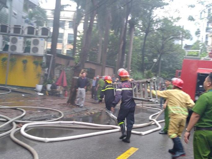 Cháy lớn tại quán lẩu, nhiều người hoảng sợ - Ảnh 3.