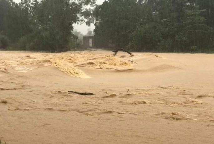 Mưa lớn, hàng ngàn nhà dân ở Nghệ An bị ngập sâu - Ảnh 2.