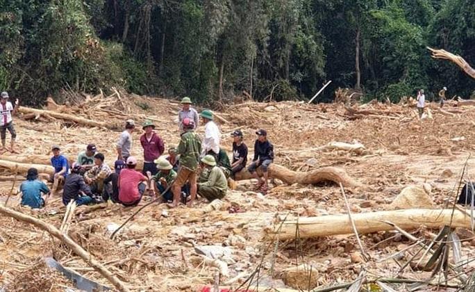 Quảng Bình: Phát hiện thêm 2 thi thể nghi là phu trầm đi rừng mất tích trong lũ - Ảnh 1.
