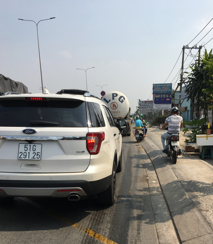 TP HCM: Sẽ cấm xe khách trên 25 chỗ đi vào làn hỗn hợp Quốc lộ 1 - Ảnh 1.