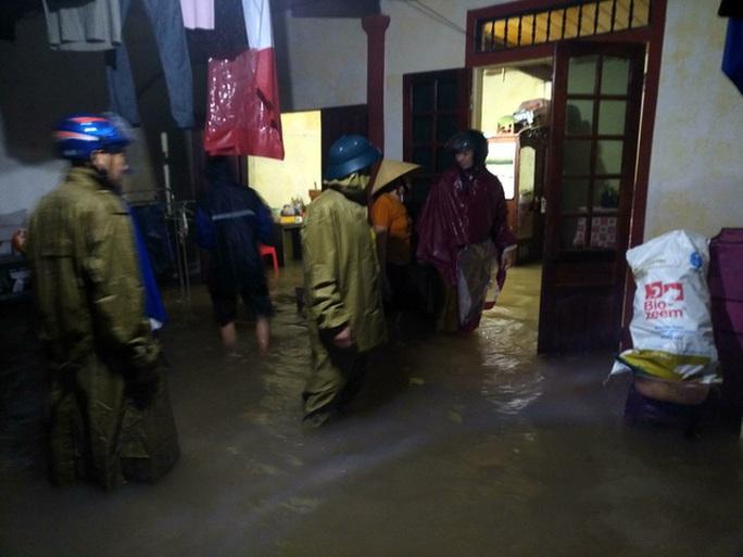 Mưa lớn, hàng ngàn nhà dân ở Nghệ An bị ngập sâu - Ảnh 3.