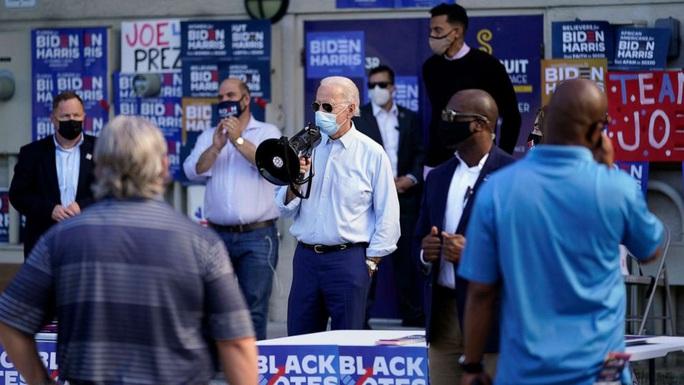 Hình ảnh đối lập của ông Trump và ông Biden trước ngày bầu cử tổng thống - Ảnh 1.