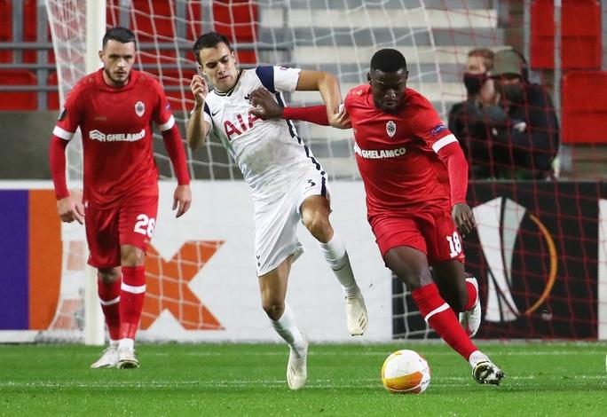 Hậu vệ trượt chân, Tottenham vuột ngôi đầu bảng Europa League - Ảnh 2.
