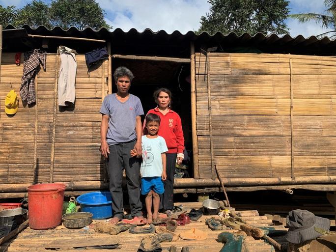 Vụ 10 triệu đồng bỏ quên trong áo quần cứu trợ: Tặng cả số tiền cho người đàn ông nghèo - Ảnh 2.