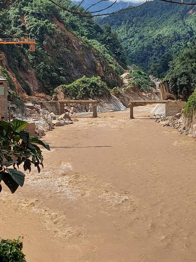 13 người bị vùi lấp ở Phước Sơn: Bí thư và Chủ tịch tỉnh Quảng Nam băng rừng đến hiện trường - Ảnh 11.