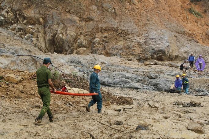 Thiếu tướng Nguyễn Đình Tiến: Dốc toàn lực tìm nạn nhân bị vùi lấp - Ảnh 11.