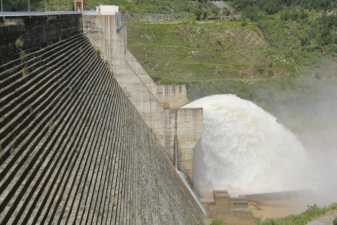 Mưa to, Quảng Nam lại đối diện lũ, sạt lở, nhiều thủy điện xả nước đón lũ - Ảnh 3.