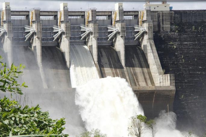 Mưa to, Quảng Nam lại đối diện lũ, sạt lở, nhiều thủy điện xả nước đón lũ - Ảnh 2.