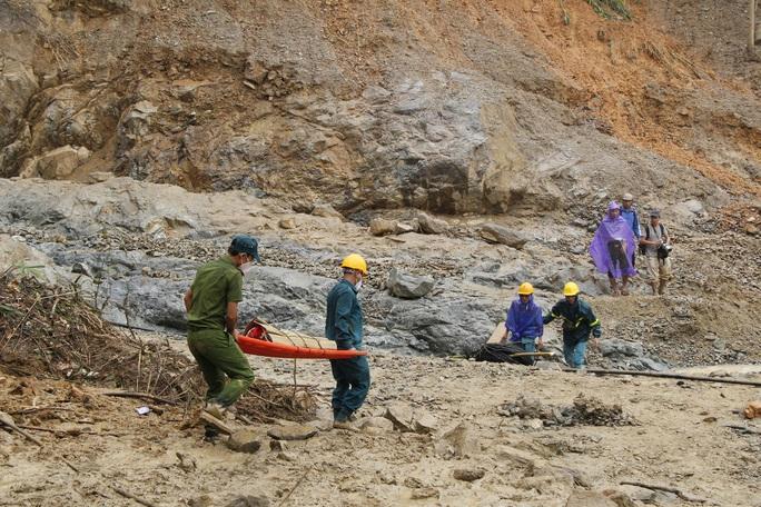Phóng viên bật khóc khi thi thể một cháu bé được đưa lên từ bùn đất ở Trà Leng - Ảnh 2.