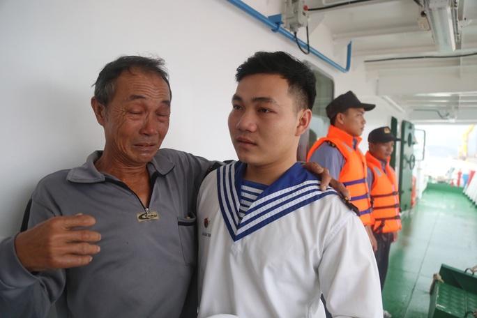 Rơi nước mắt cha con ngư dân Bình Định trùng phùng sau bão số 9 - Ảnh 7.