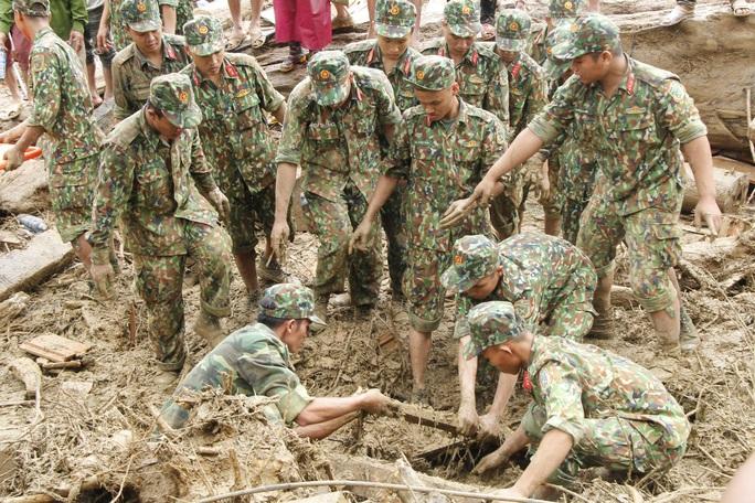 Thiếu tướng Nguyễn Đình Tiến: Dốc toàn lực tìm nạn nhân bị vùi lấp - Ảnh 16.