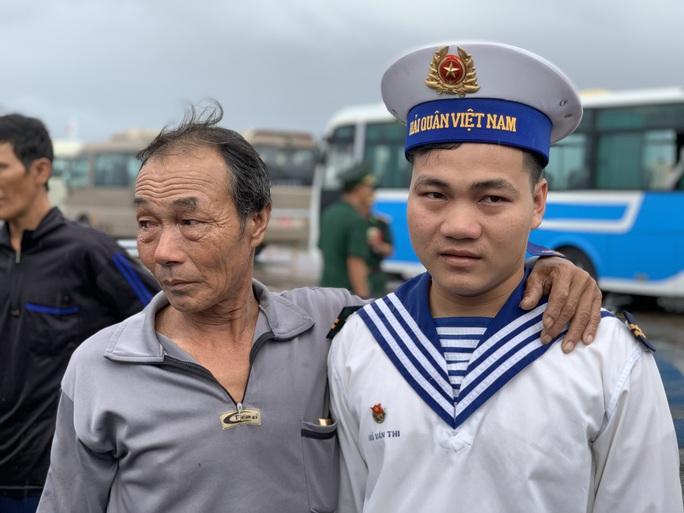 Rơi nước mắt cha con ngư dân Bình Định trùng phùng sau bão số 9 - Ảnh 8.