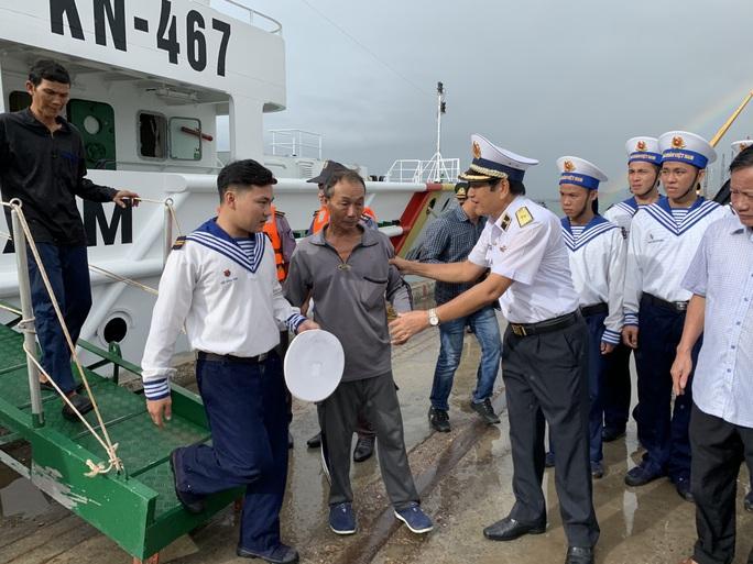 Rơi nước mắt cha con ngư dân Bình Định trùng phùng sau bão số 9 - Ảnh 6.