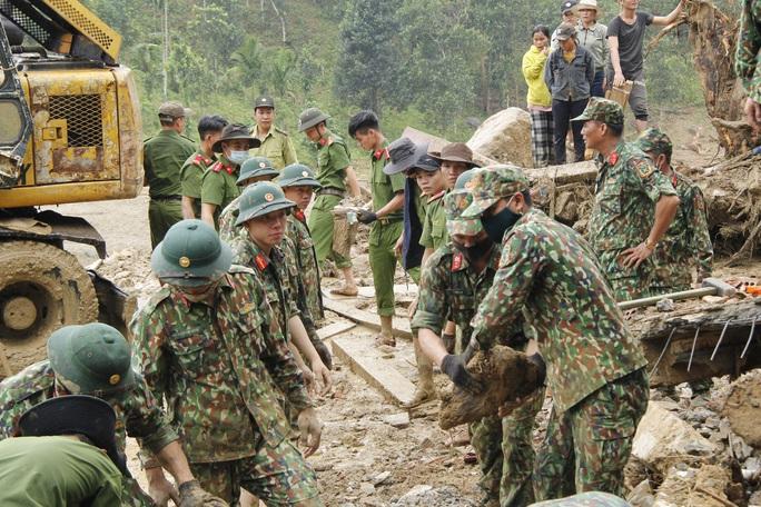 Thiếu tướng Nguyễn Đình Tiến: Dốc toàn lực tìm nạn nhân bị vùi lấp - Ảnh 13.